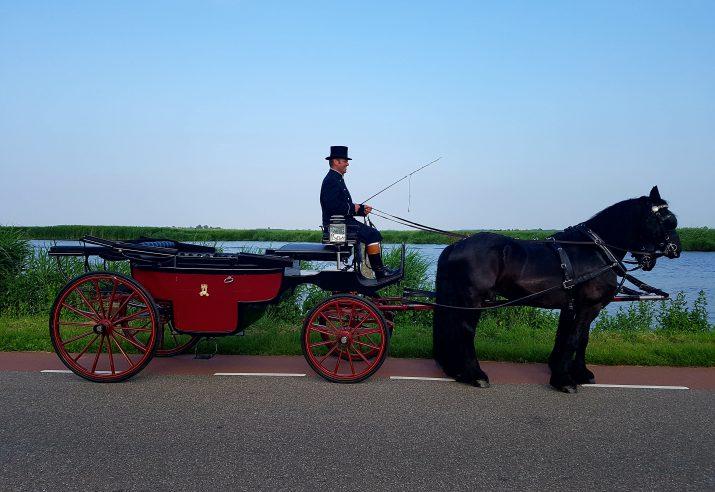 klassieke landauer met 2 Friese paarden