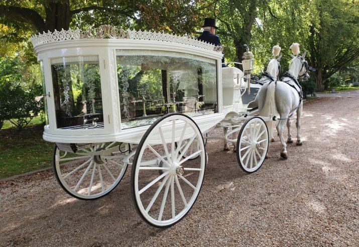 rouwkoets met witte paarden huren
