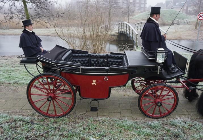 Landauer rood/zwart met 2 Friese paarden
